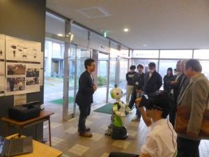 RGB-Dカメラによる遠隔操作ロボットの説明を受ける参加者
