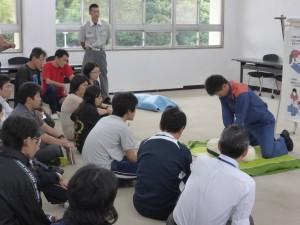 講師の実技説明を熱心に受ける参加者