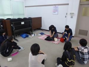 講師にアドバイスを受けながら実技訓練を行う参加者