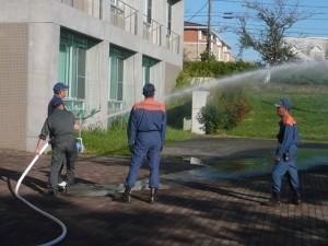 屋内消火栓を使った放水訓練風景