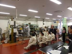 鉄筋の材料実験を視察