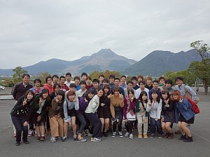雲仙普賢岳を背景に記念撮影