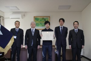 受賞者を囲んで(中央:本木さん、向かって左:前野校長)