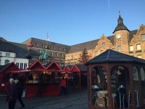 クリスマスマーケットとデュッセルドルフ市庁舎