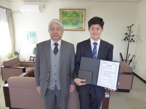 前野校長に受賞報告をした増田さん(校長室にて)