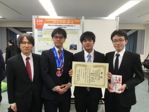 3名の受賞者と栗本指導教授(左)