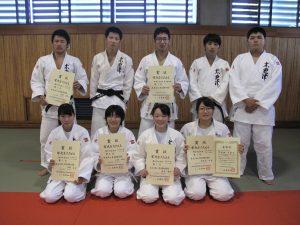 常世田千尋(情報工学科4年、前列右端)は3年連続優勝を果たし特別表彰を受ける。