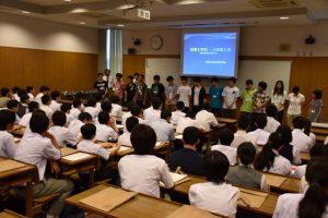 開講式でのボランティア学生の自己紹介