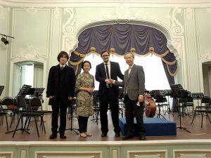 演奏会前ホールにて楽団員と指揮の二ノ宮先生と