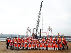 港湾工事現場での集合写真