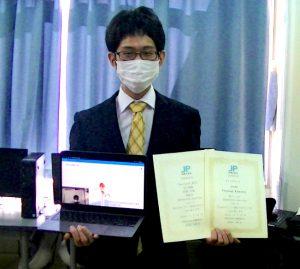 成澤巧徒氏と賞状の写真